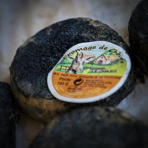 Bonnieux Market : fromage de chèvre noir par Ann McLeod Images