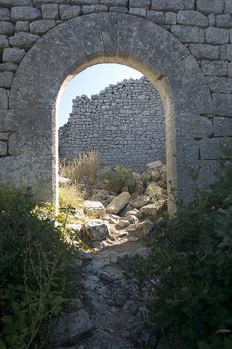 Fort de Buoux : porte ronde by MoritzP