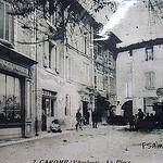 La place du village de Caromb, village typique du Vaucluse par johnslides//199 - Caromb 84330 Vaucluse Provence France