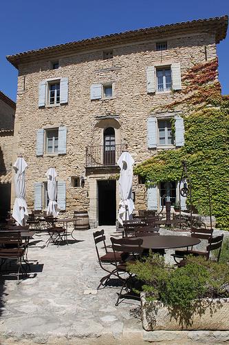 Crillon le Brave : cour intérieure de l'Hôtel de Crillon by gab113