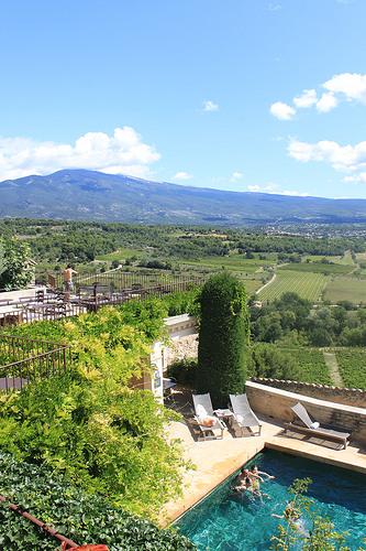Vue du Relai et château de Crillon le Brave par gab113