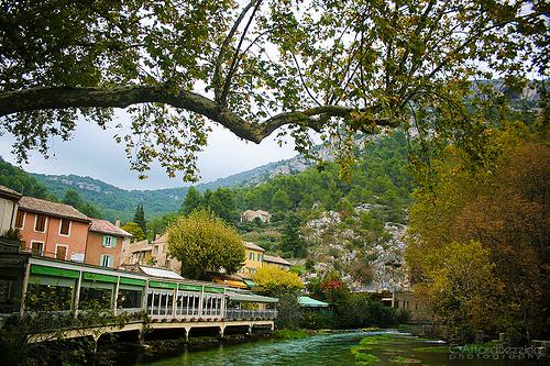 Fontaine de Vaucluse et la Sorgue tout en vert par claude.attard.bezzina