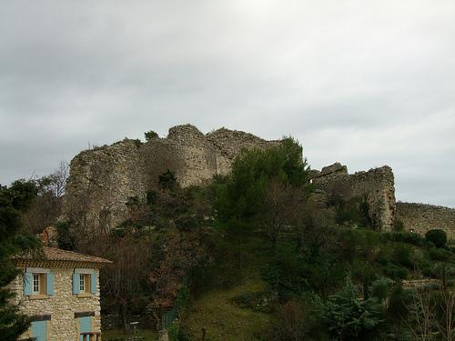 Ruines du château féodal de Gigondas - Vaucluse  by Vaxjo
