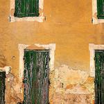 Provence - Gigondas - Façade qui a vécut par Pierre Noël - Gigondas 84190 Vaucluse Provence France