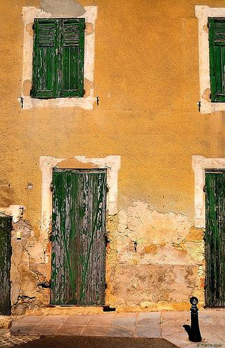 Provence - Gigondas - Façade qui a vécut par Pierre Noël