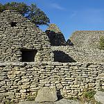 Village des bories - cabanes et murets en pierre sèche par feelnoxx - Gordes 84220 Vaucluse Provence France