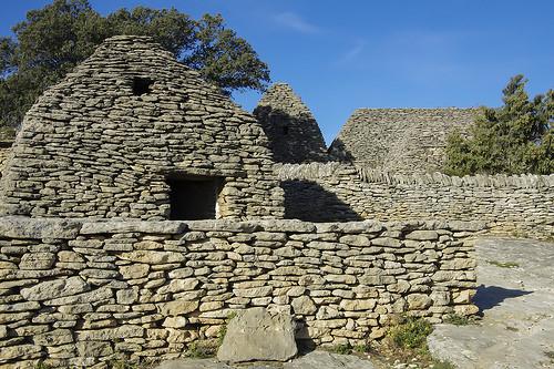 Village des bories - cabanes et murets en pierre sèche par feelnoxx