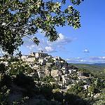 Provence - Gordes dans un cadre de verdure par Massimo Battesini - Gordes 84220 Vaucluse Provence France