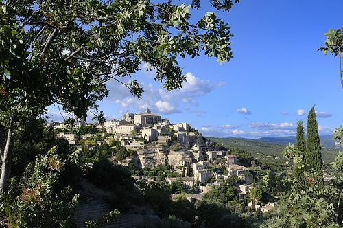 Provence - Gordes dans un cadre de verdure par Massimo Battesini