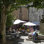 Place du village et fontaine à Gordes by  - Gordes 84220 Vaucluse Provence France