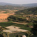 Vue sur la plaine depuis le village de Gordes by Pab2944 - Gordes 84220 Vaucluse Provence France