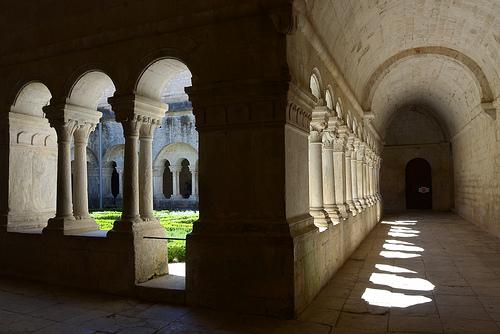 Le cloître de l'Abbaye de Sénanque par Titi92.