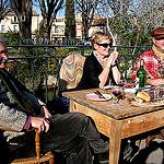 Un groupe de joyeux brocanteurs au marché du dimanche by johnslides//199 - L'Isle sur la Sorgue 84800 Vaucluse Provence France