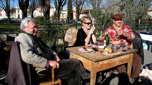 Un groupe de joyeux brocanteurs au marché du dimanche par johnslides//199