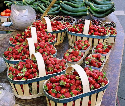 Strawberries - L'Isle-sur-la-Sorgue market par wanderingYew2