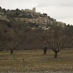 Lacoste accroché sur sa butte - Provence par cpqs - Lacoste 84480 Vaucluse Provence France