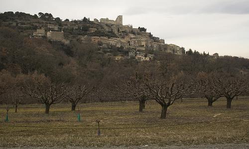 Lacoste accroché sur sa butte - Provence par cpqs