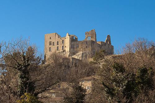 Chateau de Lacoste qui domine par Gabi Monnier