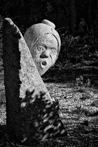 Sculpture abandonnée à Lacoste par Gabi Monnier