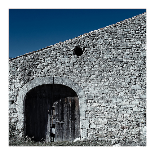 Veille grange en courbes et pentes by Gabi Monnier