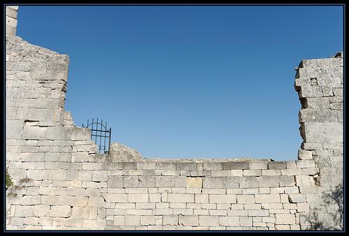 Fenetre sur ciel : ruines du château de Lacoste par Gramgroum