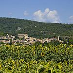Le village de Lagnes parmi les tournesols par  - Lagnes 84800 Vaucluse Provence France