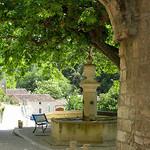 Place du village - Le Beaucet, Vaucluse par Olivier Colas - Le Beaucet 84210 Vaucluse Provence France