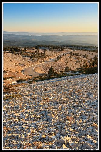 Le soleil se Couche sur les Flancs du Ventoux par Photo-Provence-Passion