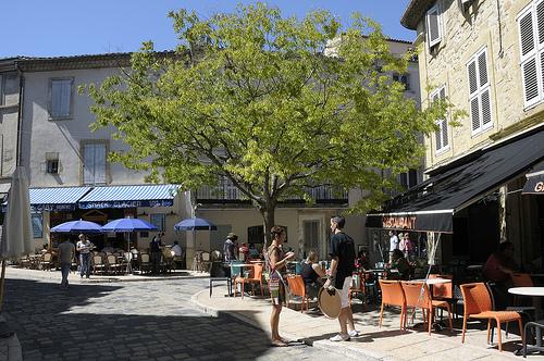 Provence - Terrasses de café à Lourmarin par Massimo Battesini