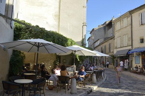 Terrasses de café à Lourmarin by Massimo Battesini