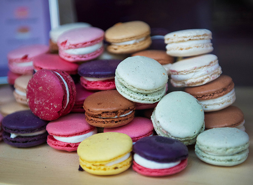 Colourful Macarons - Lourmarin, France par Ann McLeod Images