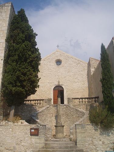 Entrée de l'église de Méthamis by gab113