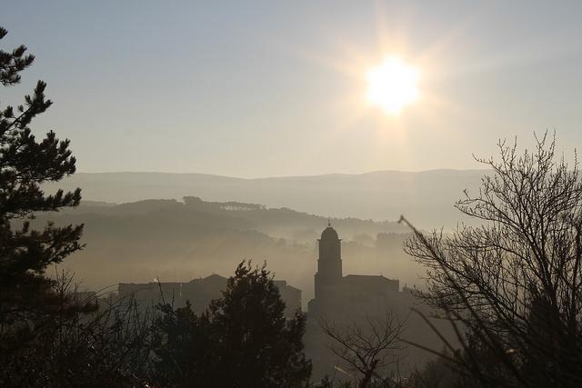 Le village de Mormoiron au réveil en hiver (Vaucluse - Mormoiron) par gab113