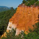 Falaise d'ocre au milieu de la forêt par Asymkov - Roussillon 84220 Vaucluse Provence France