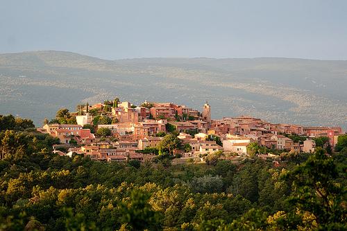 Roussillon, la ville ocre au milieu du vert par Loïc BROHARD