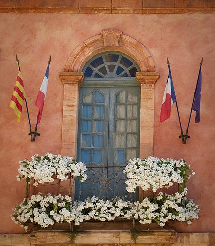 Mairie de Rousillon : fenêtre et drapeaux par Ann McLeod Images