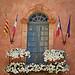 Mairie de Rousillon : fenêtre et drapeaux par Ann McLeod Images - Roussillon 84220 Vaucluse Provence France