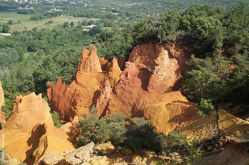 Colorado Provençal : contraste orange et vert saisissant by sabinelacombe