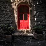 La porte rouge à Saignon by Mario Graziano - Saignon 84400 Vaucluse Provence France