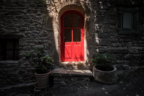 La porte rouge à Saignon par Mario Graziano