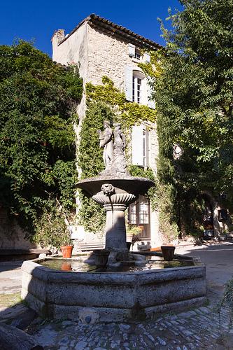 Saignon - place de la Fontaine by spanishjohnny72
