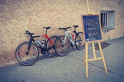 Paëlla à emporter (en vélo) 8 euros par . SantiMB .