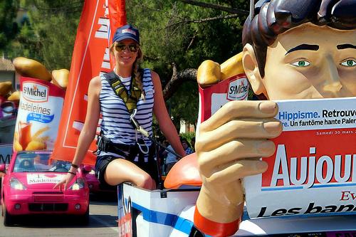 Tour de France : la caravane publicitaire avant les courreurs by Gilles Poyet photographies