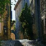 Ruelle ensoleillée de Vaison La Romaine par Gilles Poyet photographies - Vaison la Romaine 84110 Vaucluse Provence France