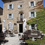 Crillon le Brave : cour intérieure de l'Hôtel de Crillon par gab113 - Crillon le Brave 84410 Vaucluse Provence France