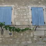 Volets bleus en bois par Andrew Findlater - St. Rémy de Provence 13210 Bouches-du-Rhône Provence France