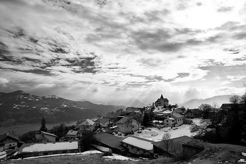 Village de Saint-Apolinaire en Noir et Blanc par Hervé KERNEIS