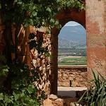 Perspective... vue à travers porte par Gatodidi - Roussillon 84220 Vaucluse Provence France