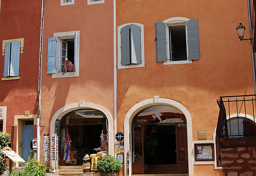 Fa ades de maisons rousillon roussillon vaucluse we for Couleur de volets tendance