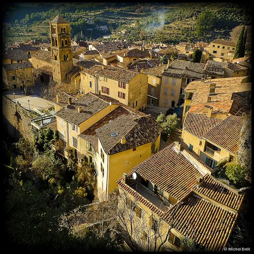 Les toits de Moustiers Sainte Marie par Michel-Delli
